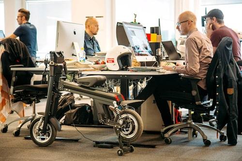 """En av få gånger Onebot fick vara ifred i kontorslandskapet. Notera att den med fördel kan parkeras som """"halvmonterad""""."""