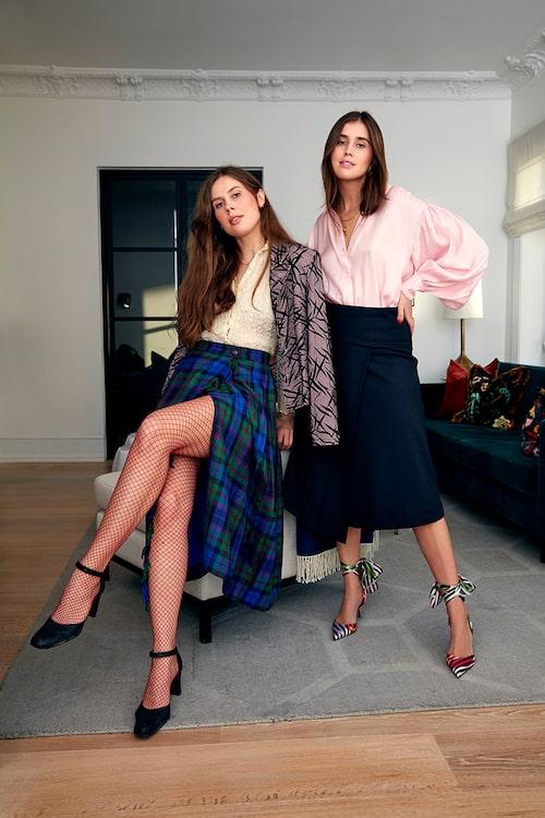 Darja i topp från Inwear, kjol från Derek Lam och pumps från Christian Louboutin. Katarina i hel vintagelook. Skorna är vintage Prada.