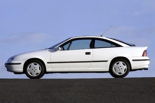 Opel Calibra (1989-1997). Drömvagn för många tonåringar under 1990-talet. Kom faktiskt redan 1989 men det är som 90-talsbil man kommer ihåg den. I dag är det inte ovanligt att se, de få exemplar som finns kvar, bilarna sönderpimpade med neonljus och annat skoj.