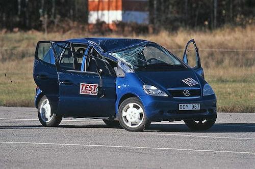 Mercedes A-klass (1997-2004). Bilen som blev världskänd över en natt efter att den slagit runt i Teknikens Världs älgtest. Mercedes slog ifrån sig men fick sedan konstruera om bilen samt återkalla de bilar som redan sålts.
