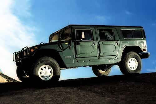 Hummer H1 (1992-2006). De bilar som vi såg i öknen under Operation Desert Storm, Gulfkriget, blev så småningom civiliserade. Hummer H1 hette den. Då cool på något vis, i dag står den för ett stenålderstänk.