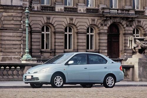 Toyota Prius (1997-2003). Vi kanske inte förstod det då, men detta är bilen som satte igång en utveckling inom bilbranschen av sällan skådat slag.