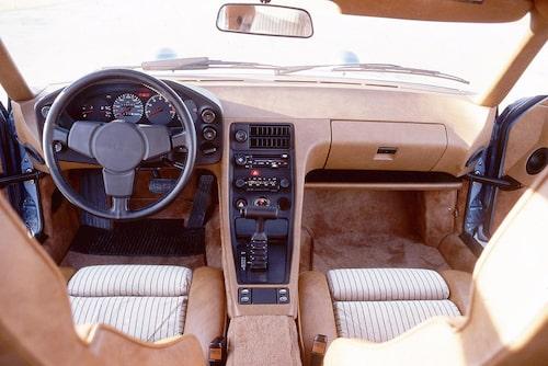 928 var en superbekväm bil för två, inte fler. Baksätet dög endast för små barn. Förarmiljön präglades av många knappar, varningslampor samt en ratt i snowracerstil.