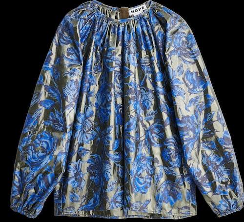 Blommig blus från Hope med trendig ballongärm. Klicka på bilden och kom direkt till blusen.