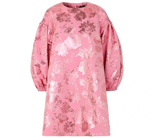 Babydoll-inspirerad klänning från Stine Goya. Klicka på bilden och kom direkt till klänningen.