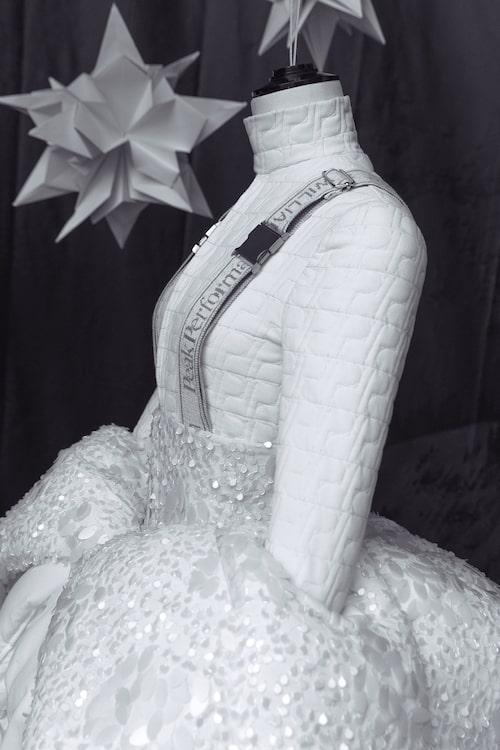 Klänningen som William Wahlström skapat ställs ut i Peak Performances flaggskeppsbutik, och sedan på NK.