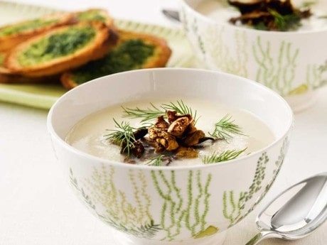 Blomkålssoppa  med kantareller och dilltoast