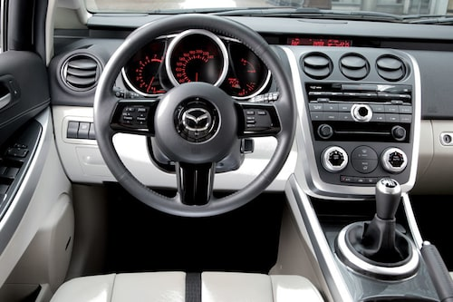 Den som till äventyrs kört nya Mazda MX-5, och det är rätt många, känner igen ratten. Växelspaken sitter perfekt placerad i mittkonsolen.