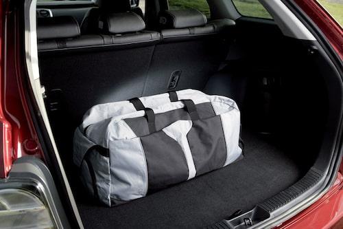 Bagageutrymmet tar mer än en sportbag. Volymen varierar från 455 till 1 348 liter. Baksätesryggen fälls mycket enkelt.