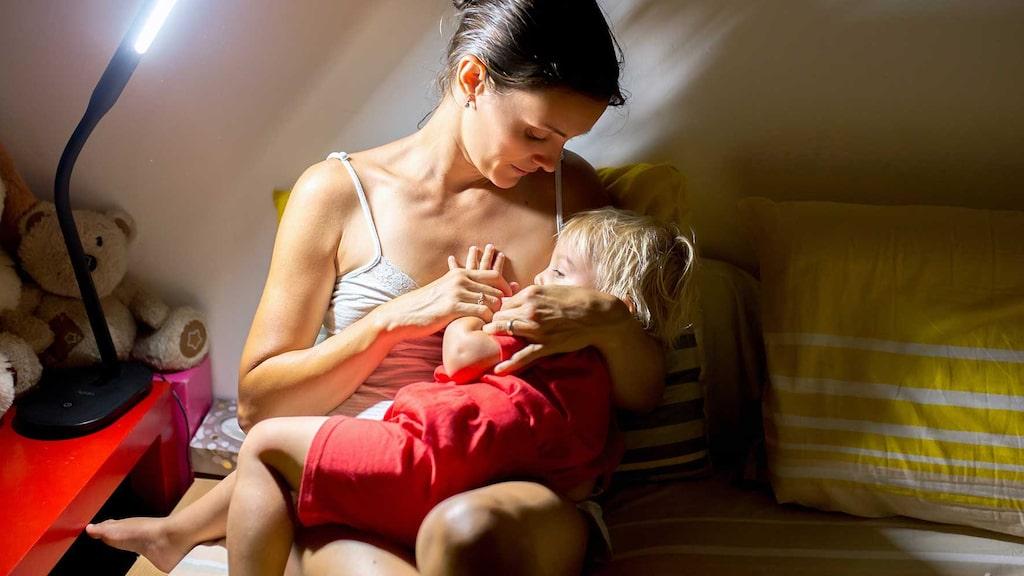 Ett barn som är 15 månader behöver mer näringsämnen, som till exempel järn, som inte finns i bröstmjölk, eller inte i tillräcklig mängd.