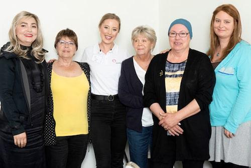 Adriana, Gunborg, Pia, Irene och Liv fick många handfasta tips av makeupartisten Anna (vit tshirt).