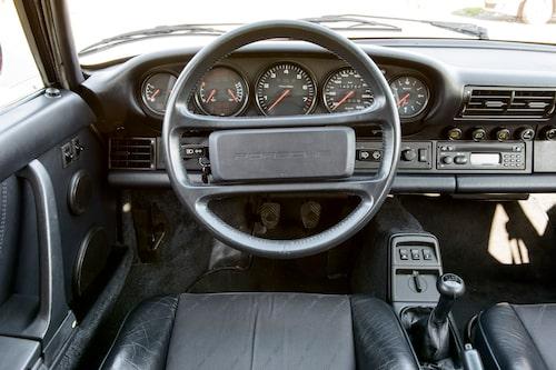 Överskådligt, enkelt och typiskt Porsche 911. Stolarna är bäst i gänget, men det krävs hyfsat raka armar för att nå ratten.