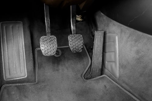 Kolla, pedalgummina är smutsiga, men det är enda stället på bilen som vi hittar något som inte ser nytt ut.