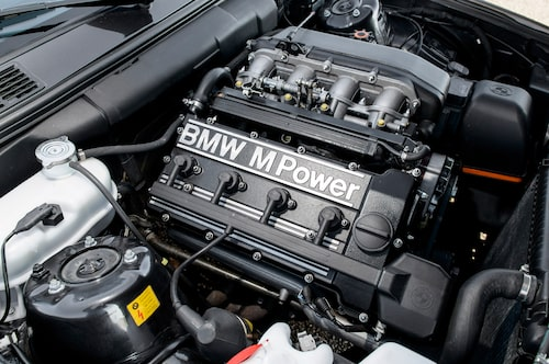 Skicket under huven kunde inte vara bättre och den fyrcylindriga S14-motorn är lika snygg som klassisk. Ur 2,3 liter plockas här 195 kat-renade hästar.