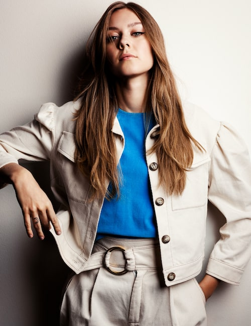Johanna i jacka med puffärmar och vida byxor med bälte, båda från Le T-shirt Fantastique tictail.com. Den ärmlösa manchestertoppen kommer från The Cords & Co.