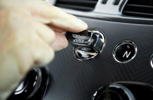 """""""Nyckeln"""", i form av en tung glasbit, sticks in i en slits mellan tryckknapparna som styr växellådan."""