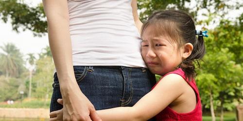 Som förälder kanske man vill stanna på förskolan tills barnet tycker det är okej att man går –men ett barn med separationsångest kanske aldrig accepterar att bli lämnad.