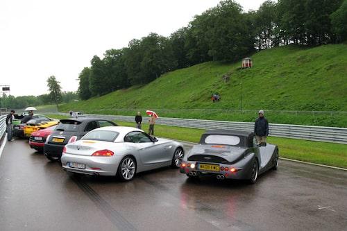 Några av godbitarna som vi har med oss till Knutstorp. Närmast kameran Morgan Aero8 och BMW Z4.