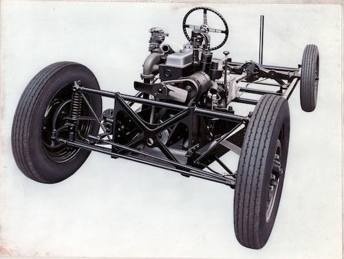 """Här ser vi Morgans speciella främre """"glidande"""" fjädring som utvecklades för bibehållen camber-vinkel i alla situationer. Tekniken blev aldrig någon stor succé, även om det finns andra modeller som använde sig av samma konstruktion, bland annat Lancia Aurelia. På bilden högst upp i artikeln ses Morgans nya aluminiumchassi i förgrunden och det gamla stålchassit i bakgrunden."""