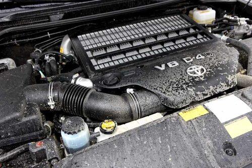 Land Cruiser V8 finns med bensin eller diesel. D-4D-alternativet gäller i Europa. Råstyrka och maffigt vridmoment (650 Nm) är perfekt vid terrängbilskörning.