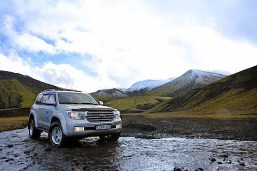 Artic Truck i sitt rätta element. Att korsa vattendrag är enkelt med stora däck och förhöjd markfrigång.