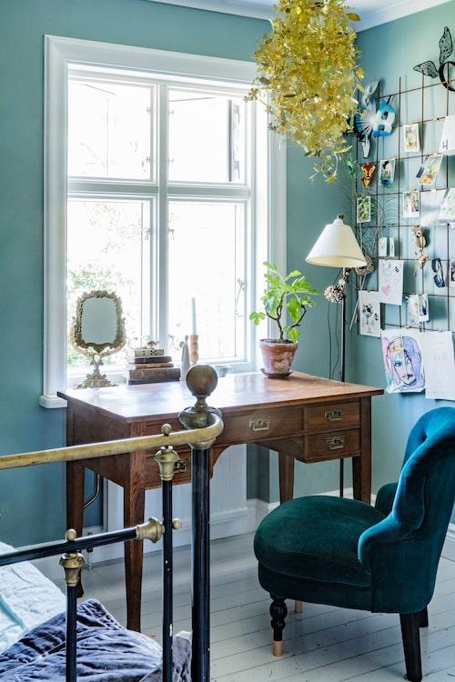 Emmalinas skrivbord är ett loppisfynd och guldlampan heter Garland, design Tord Boontje, Room. Fåtölj från Åhléns.