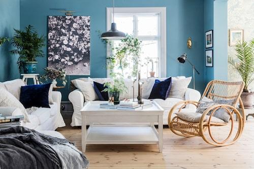Sofforna i vardagsrummet är Ikeas Ektorp. Stolen, Liggestolen the waltz, kommer från Artilleriet och köptes med ett presentkort Karolina fick i 40-årspresent för att kunna unna sig något särskilt. Väggarna är målade i en dovt blå nyans, hämtad ur tapeten Harvest hare som finns i köket.