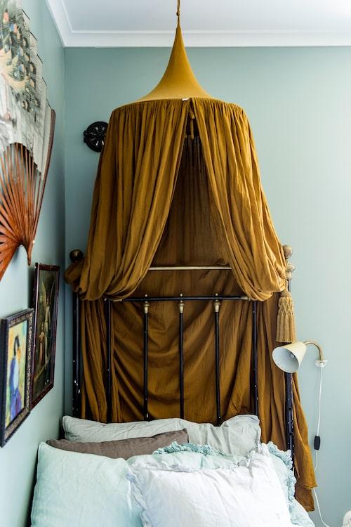 Sängen i Emmalinas rum har tillhört Karolinas gammelmormoroch sänghimmeln kommer från No 74.