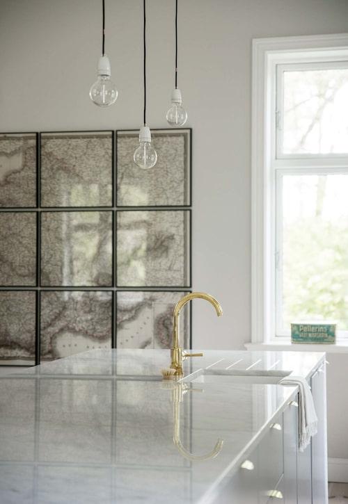 I köket måttbeställd marmorskiva från Diapol. Köksblandare i mässing från Tapwell. Taklamporna är måttbeställda textilsladdar från Nud collection.