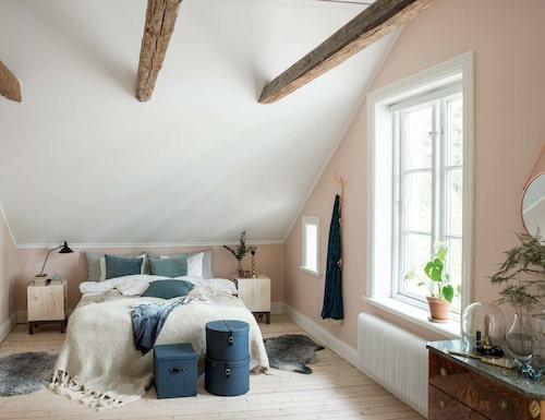 Sovrummet är målat i milt rosa, NCS S1010-Y70R från Jotun. Sängbord, Ikea, sänglampa Olsson & Jensen. Blå förvaringsboxar, Granit, överkast och pläd från H&M Home.
