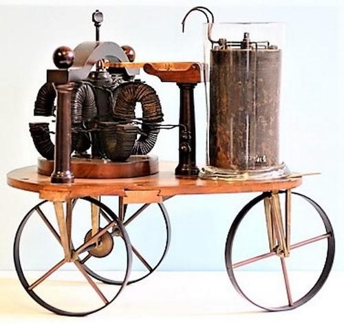 Detta är en fungerande elbil från 1830-talet, men en miniatyr på bara tre kilo. Skapades av holländaren Sibrandus Stratingh.