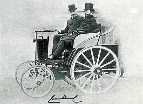Fransmännen låg i täten när elbilarna utvecklades. Charles Jeantaud skapade den första moderna elbilen. Här till vänster längst bort i bilden förmodligen tillsammans med Gaston Planté som skapade det första användbara laddbara batteriet.