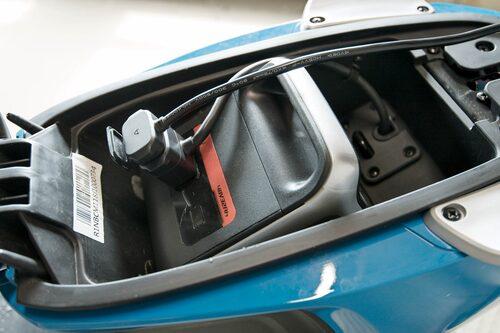 Batteriet kan laddas på plats och då kan du följa processen via en app. Annars trångt under sadeln.
