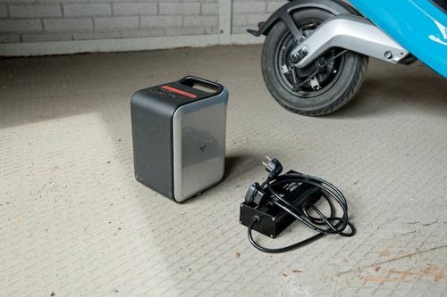 Snyggt batteri men ful laddare. Batteriet väger 8,3 kg och laddas fullt på sex timmar.