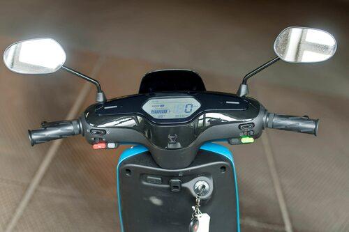Tydlig display. Observera farthållare och USB-kontakt. Grön knapp måste tryckas in innan färd.