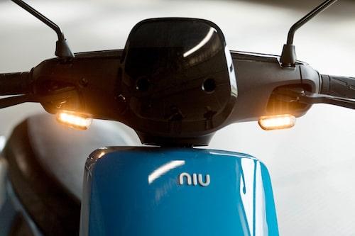 Blinkers med LED-teknik. Logotypen (likadan upp och ner) speglas i vindskyddet till föraren.