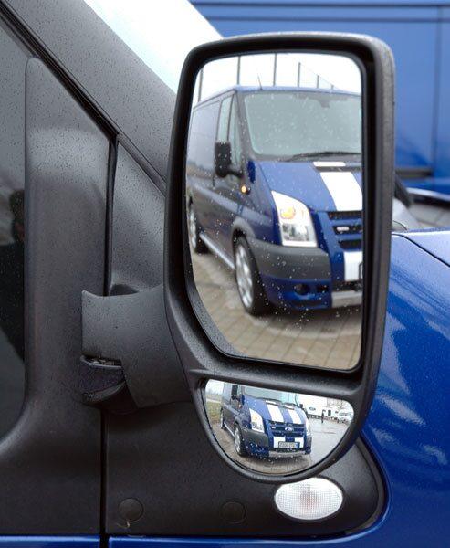 Dubbla backspegelglas känns lastbil och underlättar när runtomsikten begränsas av sidornas plåthav.