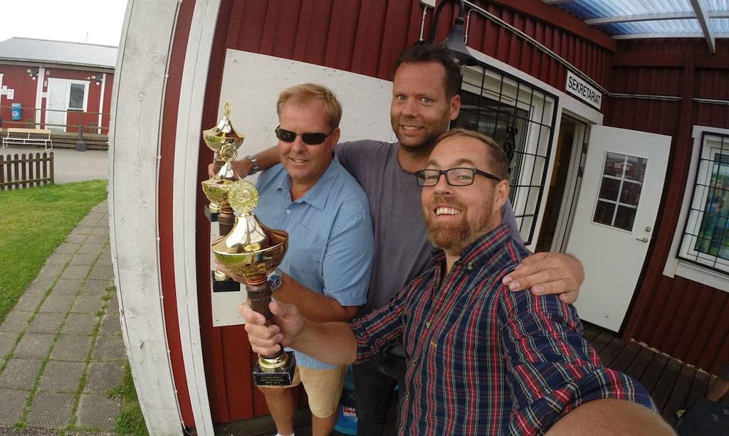 Grupp-selfie på de tre i vinnarteamet – med pokaler i hand