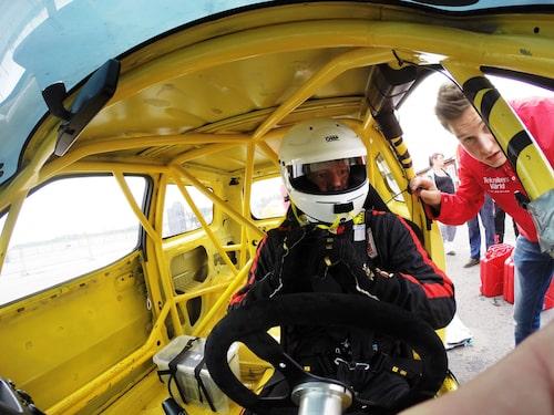 Daniel Frodin vid ratten, assisterad av Markus Andersson