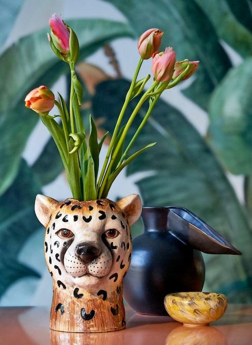 Vas leopardhuvud, 499kr, och kanna, 799kr, båda Byon, fat, 325kr, Paradisverkstaden, fototapet Botany banana, 325 kr/kvm, Photowall.