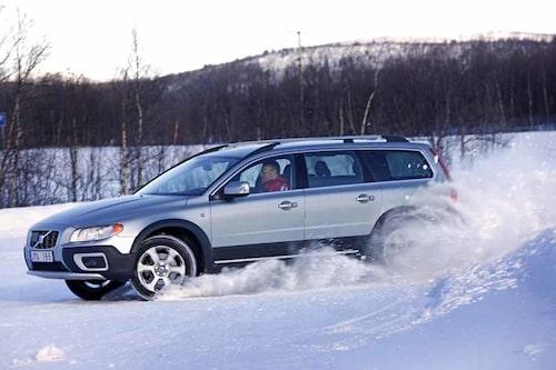 På isbanan är det Saab som tar hem spelet. Volvon understyr markant.