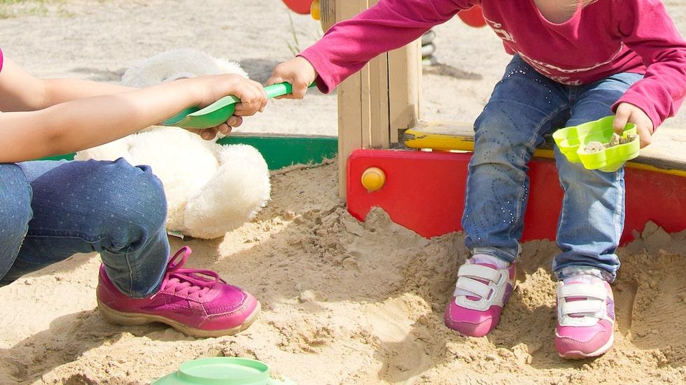 Små barn tar ofta saker från varandra. Hur ska man agera som förälder?