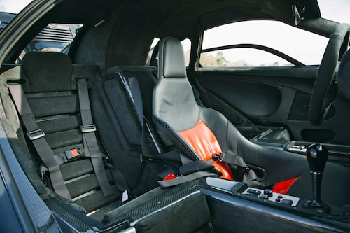 Passagerarna sitter förskjutna bakåt i vad som bäst kan kategoriseras som gropformade stolar. Men komforten är inte så illa – förrän föraren gasar fullt.