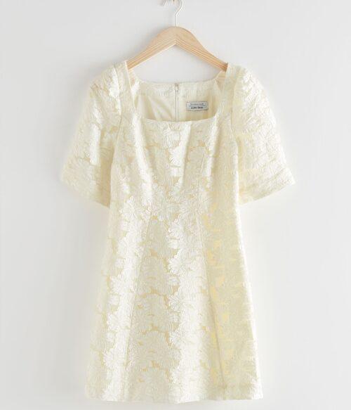 Vit jacquardklänning från & Other Stories. Klicka på bilden och kom direkt till klänningen.