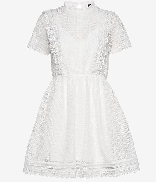 Kort vit spetsklänning från Gina Tricot. Klicka på bilden och kom direkt till klänningen.