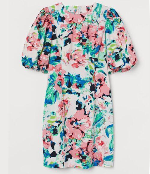 Kort blommig klänning från H&M med stilsäker ballongärm. Klicka på bilden och kom direkt till klänningen.