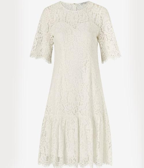Vit spetsklänning med lätt fjärilsärm från Ellos Collection. Klicka på bilden och kom direkt till klänningen.