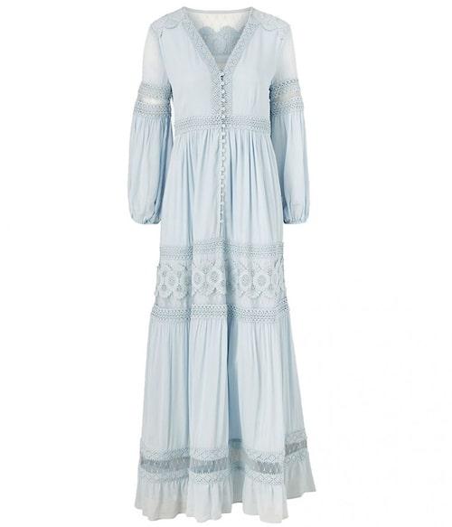 Ljusblå maxiklänning från By Malina. Klicka på bilden och kom direkt till klänningen.