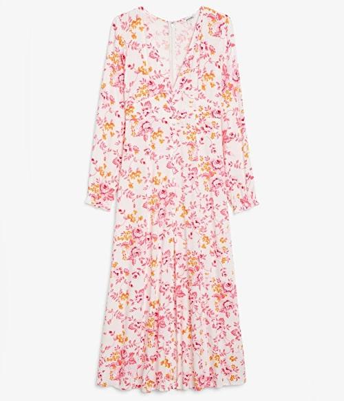Blommig maxiklänning från Monki. Klicka på bilden och kom direkt till klänningen.