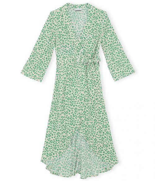 Blommig omlottklänning från Ganni. Klicka på bilden och kom direkt till klänningen.